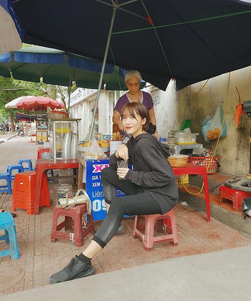 Emily có sở thích đi ăn vặt vỉa hè mỗi khi ra Hà Nội.
