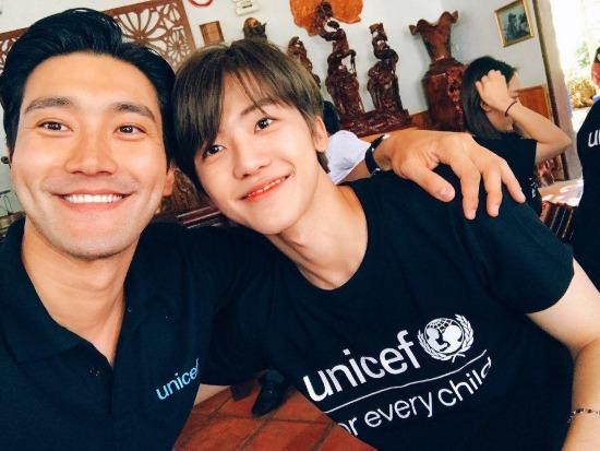 Si Won và Na Jae Min chụp ảnh chung.