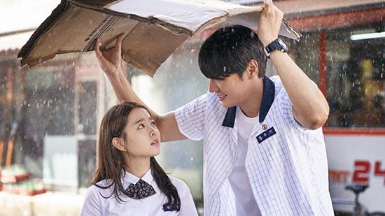 Trong bộ phim điện ảnh On Your Wedding Day, ngôi sao vẫn mặc đồng phục học sinh, tái hiện lại hình ảnh mối tình đầu đầy trong sáng.