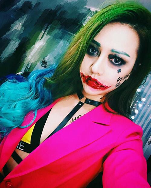 Mỗi năm Halloween, Băng Di lại khiến công chúng tò mò đón đợi những màn hóa trang công phu. Hồi 2016, người đẹp từng nhận nhiều lời khen ngợi khi trang điểm đáng sợ giống hệt tên hề Joker.
