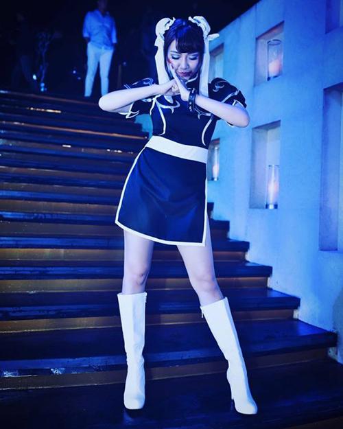 Tạo hình cô bé búi tóc hai bên Chun Li cũng được Băng Di tái hiện sáng tạo, theo cách sexy hơn để khoe vóc dáng.