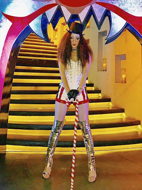 Trong một buổi tiệc khác, Băng Di lại mang đến hình ảnh cô hề khá đáng sợ nhưng vẫn toát lên vẻ sexy.