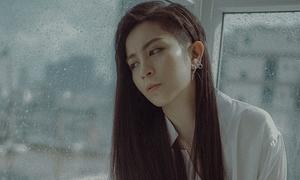 Gil Lê gây 'choáng' khi để tóc dài hát về người yêu cũ