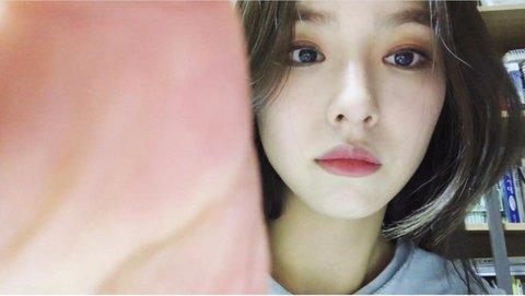 Netizen phát cuồng vì hình ảnh gần gũi, góc nghiêng thần thánh của của Shin Se Kyung. Họ cho rằng công việc này hợp với Se Kyung hơn là làm diễn viên.