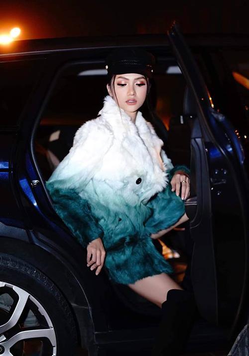 Những hình ảnh được phóng viên chụp nhanh ngay lúc Hương Giang vừa mở cửa xe cho thấy, chỉ cần ống kính giơ lên, người đẹp lập tức diễn cực ngọt.