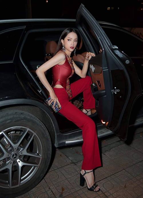 Nữ hoàng xuống xe giữ phong độ ổn định với mọi thứ từ trang phục cho đến dáng bước xuốngđều hoàn hảo, ít khi nào trong tình trạng xộc xệch, vội vàng.