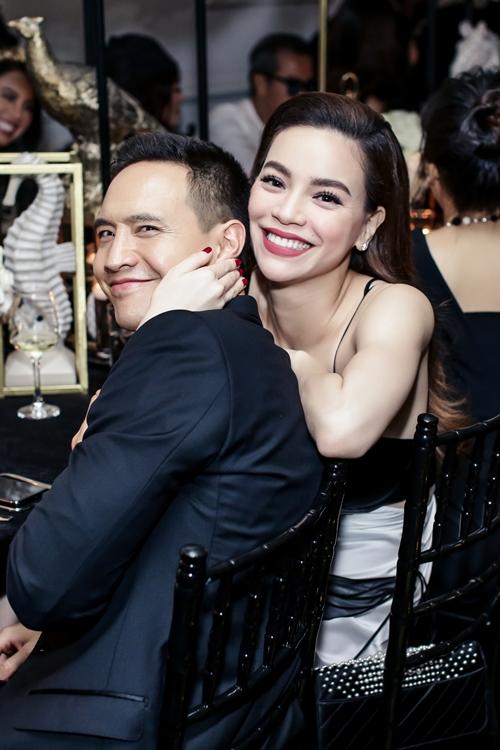 Hồ Ngọc Hà diện áo hai dây gợi cảm tình tứ bên bạn trai. Kể từ khi công khai yêu nhau, họ tỏ thoải mái trước ống kính truyền thông.
