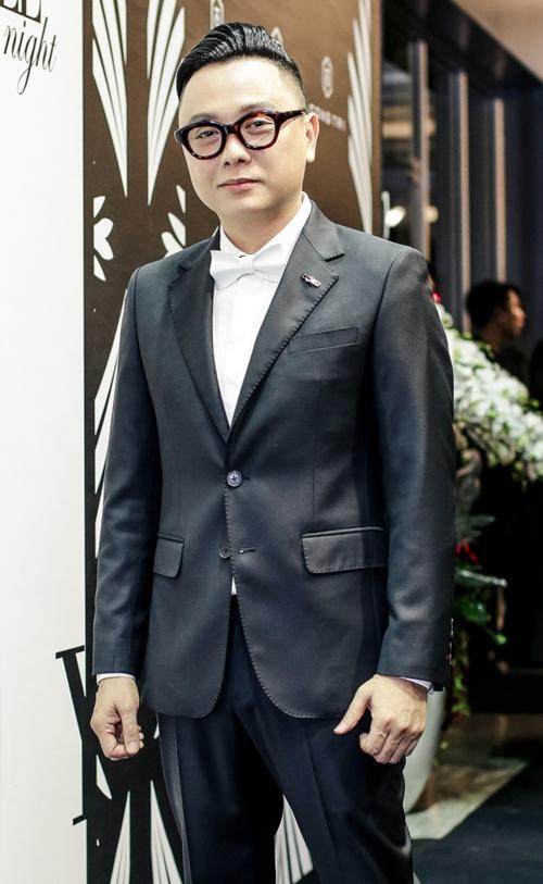 NYK Nguyễn Công Trí cho biết đã mang 42 mẫu thiết kế lấy cảm hứng giao thoa giữa nội thất và thời trang khiến những bộ cánh mang hơi hướng hiện đại, tôn đươc phom dáng mềm mại của người phụ nữ.