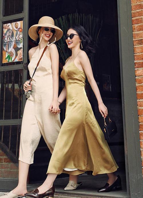 Hai chị em Angela Phương Trinh tuy chênh lệch chiều cao nhưng độ sành điệu thì không ai kém, đặc biệt là khi cùng thử chinh phục mốt áo váy lụa bay bổng.