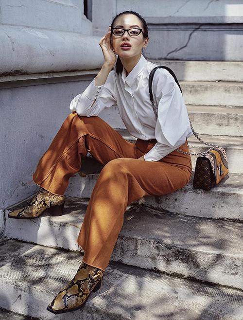 Nhờ có thần thái đỉnh cao nên Khánh Linh chỉ cần diện sơ mi trắng cùng quần denim đơn giản đã đủ toát lên nét đẳng cấp.