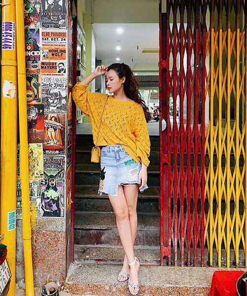 Midu thắp nắng cho đường phố với áo len và túi xách đều tông xuyệt tông gam vàng rực rỡ.