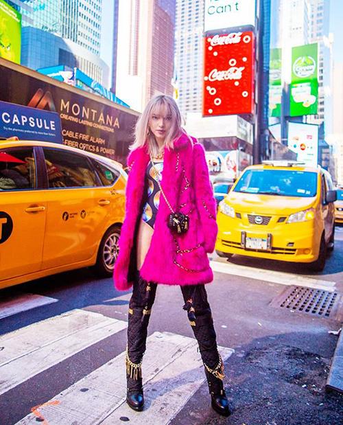 Châu Bùi mặc nguyên cây Moschino x H&M mới toanh, trông chẳng khác gì bước ra từ tạp chí trên đường phố New York.