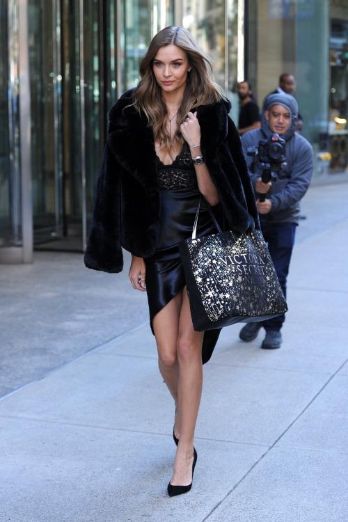 Josephine Skriver mix áo lót ren của Victorias Secret cùng váy đen và áo khoác dáng ngắn của thương hiệuFaux Fur.