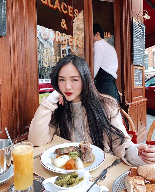 Phương Ly khoe vẻ rạng rỡ khi thưởng thức bữa sáng trên đất Paris.
