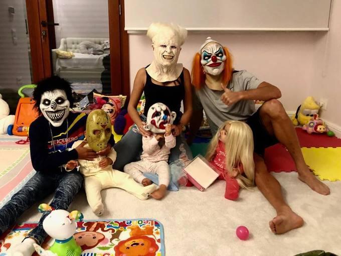 """<p> Bữa tiệc hóa trang theo chủ đề ma quái rất """"được lòng"""" các cầu thủ. Cristiano Ronaldo đăng bức hình cả gia đình hưởng ứng Halloween lên trang cá nhân. Mỗi thành viên đeo mặt nạ một nhân vật kinh dị. Chỉ sau vài tiếng đăng tải, hình ảnh đã nhận về hơn 5 triệu lượt yêu thích.</p>"""
