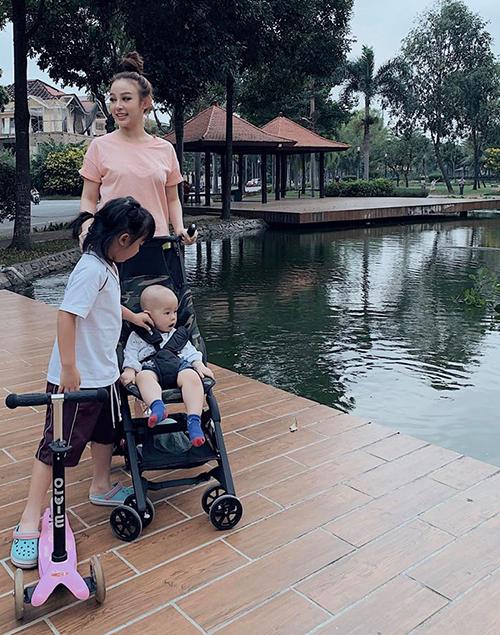 Huyền Baby trông chẳng khác gì chị gái khi đưa hai con đi chơi.