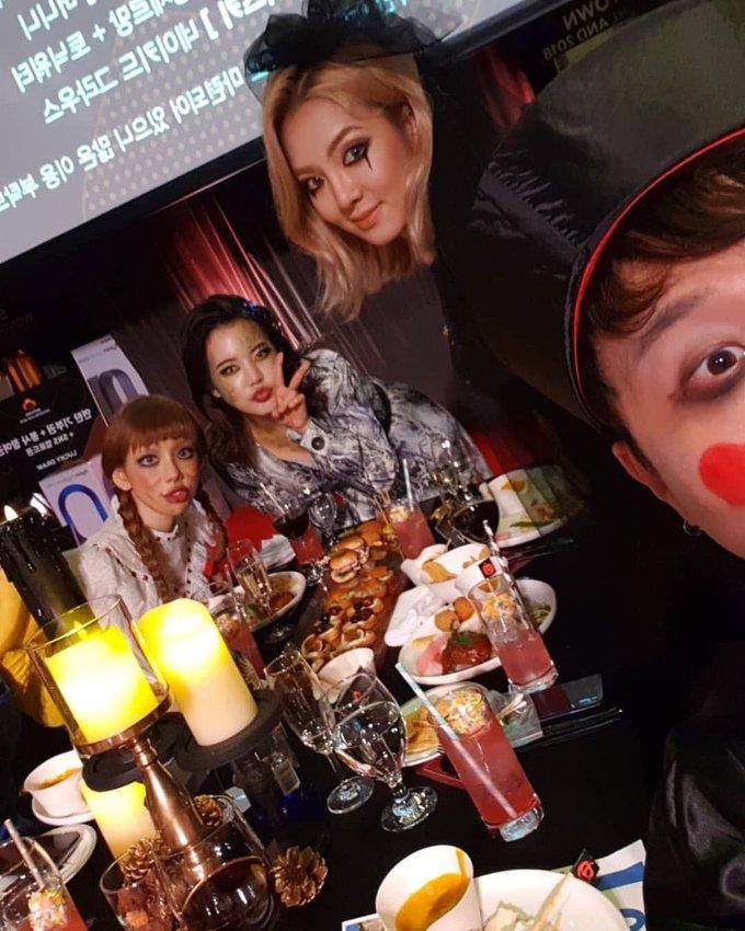 <p> Các cô gái SNSD được xếp ngồi bàn đầu trong bữa tiệc. Yoon Ah không có mặt vì bận đóng phim.</p>
