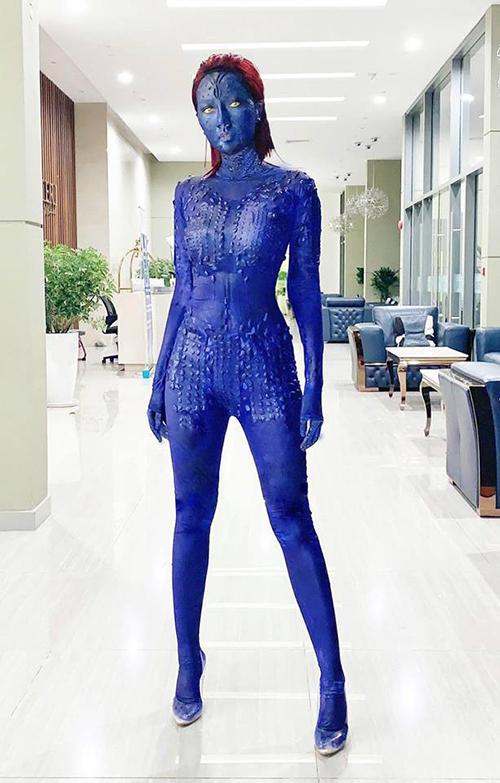 Băng Di cũng có trình độ hóa trang gây bất ngờ không kém. Mỗi năm cứ đến dịp cuối tháng 10, nữ diễn viên lại có dịp khoe tài nghệ. Halloween năm nay, Băng Di gây thích thú khi nhuộm da, diện cả cây đồ xanh lét hóa trang thành nhân vật Mystique trong X-Men giống đến 90% so với bản gốc.