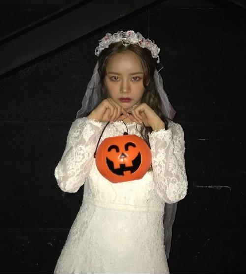 Ai mà không muốn phát kẹo cho nàng cô dâu ma Hyeri xinh đẹp này chứ?