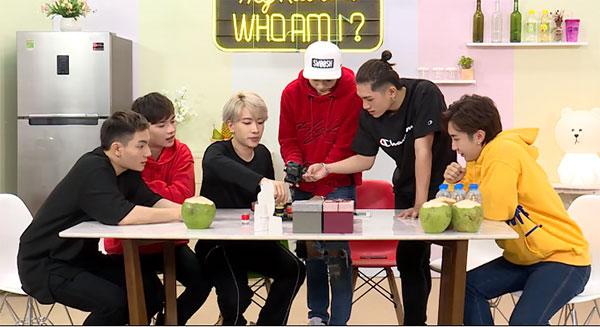 Ngoài chia sẻ về thói quen ăn uống, cả nhóm còn bước vào các thử thách của chương trình. Đầu tiên là uống hết các cốc nước có mùi vị khác nhau để tìm ra chữ cái, ghép lại thành tên chủ đề của chương trình.