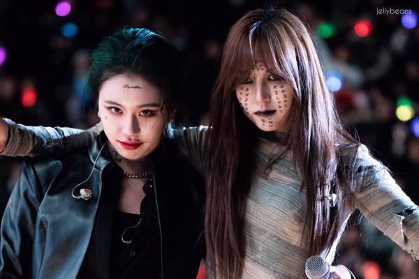 Chỉ 2 ngày trước Halloween, các cô nàng của Twice đã gây sốt mạng xã hội với loạt ảnh hóa trang cực kì có đầu tư và đặc biệt đáng sợ khiến fan phải giật mình.