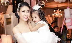 Vẻ kute của công chúa 3 tuổi nhà Hoa hậu Hà Kiều Anh