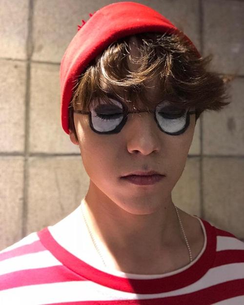 Hình vẽ mắt kính kỳ quái trên mặt cũng không làm mất đi vẻ đẹp trai của Vernon (Seventeen.