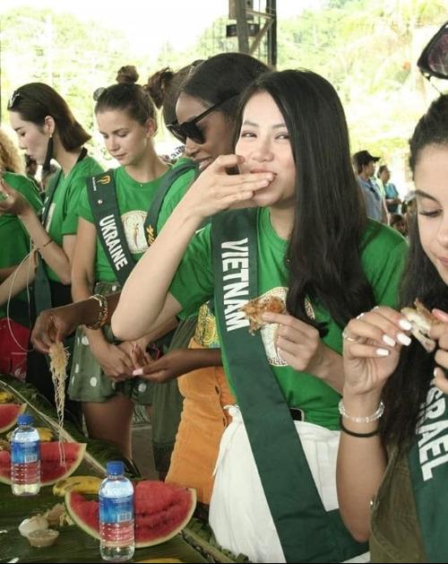 Các thí sinh cùng nhau ăn bốc tại bàn ăn.