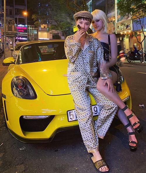 Hạnh Sino hóa đại gia mặc pyjama đưa Huyền Baby đi chơi trên con siêu xe.