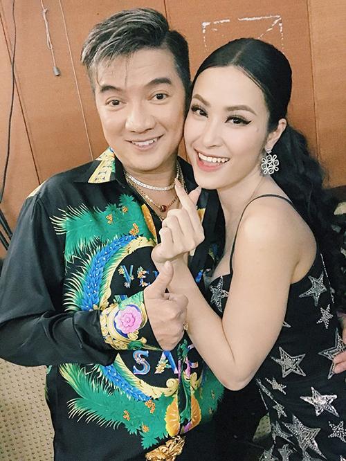 Đông Nhi nhí nhảnh selfie cùng đàn anh Đàm Vĩnh Hưng trong hậu trường một chương trình ca nhạc.