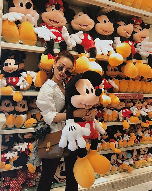 Yến Trang tự nhận mình mới 18 tuổi nên vẫn rất mê Mickey.