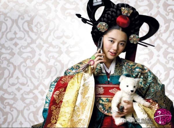 Năm 2006, Yoon Eun Hye tách nhóm, chuyển sang lĩnh vực diễn xuất. Sau vai diễn góp vui trong Rainbow Romance, cô lập tức được đẩy lên hàng nữ chính với Goong (Hoàng cung). Vào vai Thái tử phi Shin Chae Kyung tưng tửng đáng yêu, sự nghiệp của Yoon Eun Hye lên như diều gặp gió.