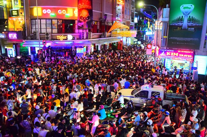 <p> Hàng chục nghìn người cả người Việt lẫn khách nước ngoài đã tụ tập về Phố Bùi Viện để tận hưởng không khí Halloween.</p>