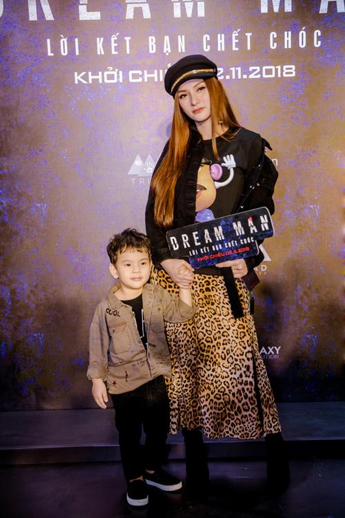 Thu Thủy đưa con trai đến tham dự ra mắt phim. Nữ ca sĩ thu hút với chiếc váy da báo ngầu.