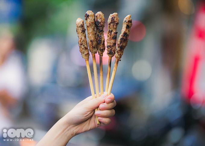 <p> Thịt được ướp theo bí quyết riêng của chủ quán người Đà Nẵng nên nem lụi ăn mềm, thơm ngon cộng thêm nước lèo ăn khá lạ miệng.</p> <p> </p>