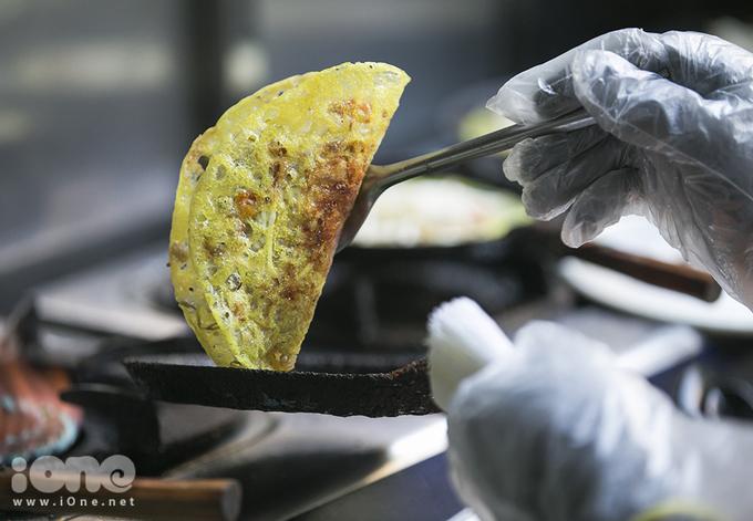 <p> Bánh xèo ở đây có kích thước bình thường, được cắt thành 6 phần khi ăn. Vỏ bánh mỏng, giòn tan có màu vàng ươm đẹp mắt. Bánh kết hợp nhiều loại nhân như: thịt heo, tôm, giá... Nước chấm đậm đà, thơm ngon. Hãy ăn kèm với rau sống, dưa chuột và xoài để bánh xèo không bị ngấy bởi dầu mỡ.</p>