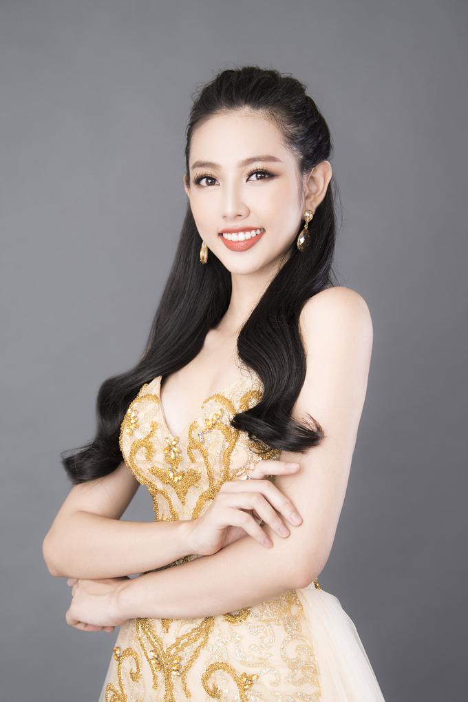 Thùy Tiên khoe dáng vẻ nữ thần với đầm dạ hội