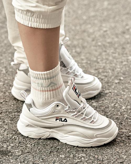 Trái với nhiều dự đoán về những mẫu mã đắt đỏ của những thương hiệu đẳng cấp như Gucci, Louis Vuitton..., sản phẩm giành được vị trí này là mẫu Disruptor 2 của thương hiệu bình dân Fila. Đây cũng chính là mẫu sneakers bỏ bùa giới trẻ khắp từ Á sang Âu trong suốt năm 2018.