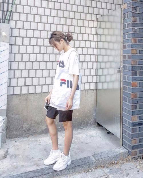 Kết hợp cùng trang phục sporty, đôi Fila Disruptor 2 mang đến cho các chàng trai cô gái dáng vẻ unisex khỏe khoắn, mạnh mẽ, thể hiện nét phá cách và nổi loạn của tuổi trẻ.