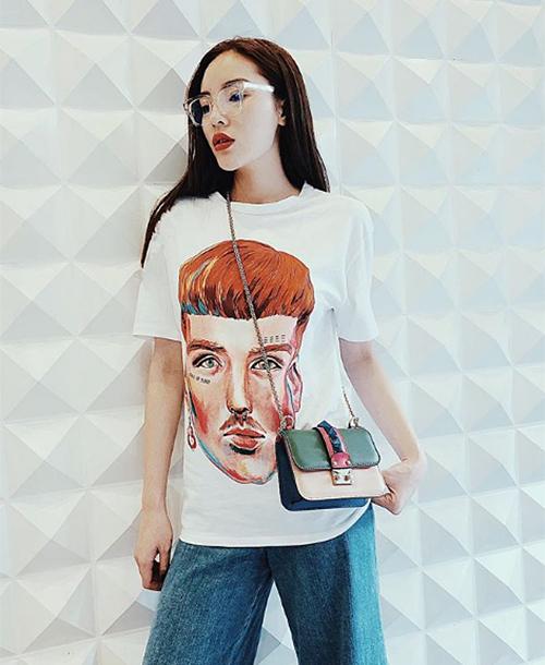 Là tín đồ hàng hiệu cao cấp nhưng Kỳ Duyên cũng mê mệt những thương hiệu bình dân trẻ trung như Zara. Tủ quần áo của cô chẳng thiếu trang phục giá chưa đến 1 triệu đồng từ nhãn hàng này.
