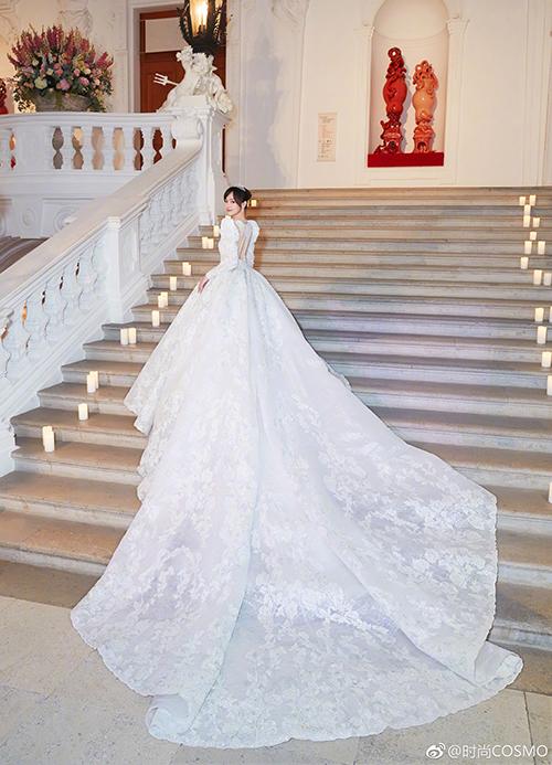 mẫu váy này đã tốn gần 5.000 giờ để thực hiện với phần đuôi váy xòe rộng dài 3,99m.