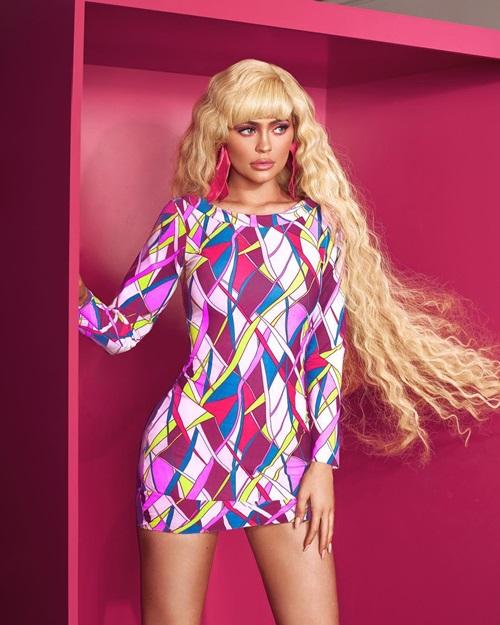 Halloween 2018, Kylie là nhân vật tỏa sáng nhất trong số các màn hóa trang của sao Hollywood. Đặc biệt, diện mạo hóa búp bê Barbie tóc vàng của Kylie nhận được sự khen ngợi nhiệt tình từ cư dân mạng quốc tế.