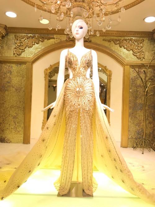 Việc may, đính kết các chi tiết trên thân váy tiêu tốn gần 20 ngày công.