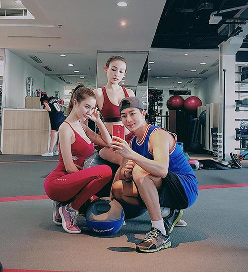 Huyền Baby, Hạnh Sino và Nam Hee tranh thủ selfie khi rủ nhau đi tập gym.