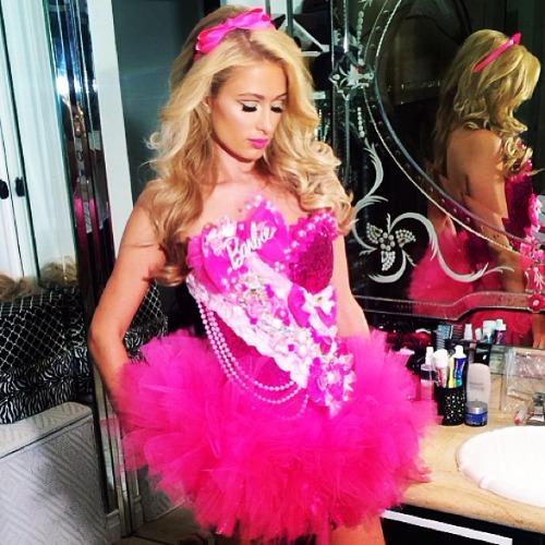 Paris Hilton hóa búp bê Barbie trong tiệc Halloween 2013.