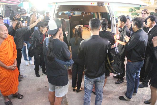 <p> Tờ<em> Thairath</em> đưa tin tối 3/11, thi thể Nursara Suknamai - Á hậu Hoàn vũ Thái Lan 2005 được chuyển về một ngôi chùa tại tỉnh Phathum Thani. Trước đó, mỹ nhân Thái Lan qua đời khi di chuyển bằng trực thăng cùng Chủ tịch đội bóng Leicester City và ba người khác. Máy bay rơi bên ngoài sân vận động King Power (Anh).</p>