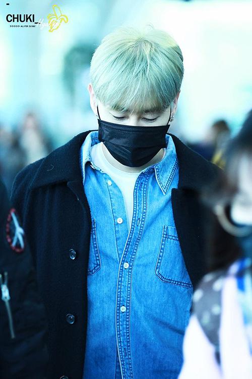 Eun Hyuk (Super Junior) giữ ấm bằng cách phối đồ layers. Nam ca sĩ nhuộm tóc xanh - màu tóc hot trong năm nay.