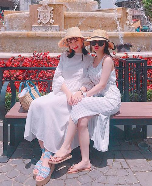 Ngoài cách diện chung một món đồ, cặp chị em sành điệu còn thích diện đồ theo dress code, chung kiểu dáng, chất liệu hoặc màu sắc trang phục.