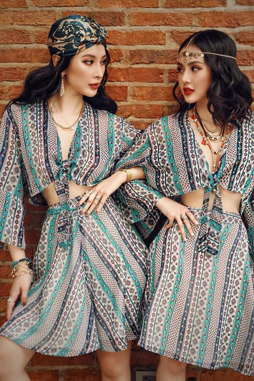 Cách nhau chỉ 1 tuổi nên Angela Phương Trinh và em gái Phương Trang thân thiết chẳng khác gì bạn bè. Cặp chị em tuy chênh lệch chiều cao nhưng lại có nhiều điểm tương đồng về ngoại hình, phong cách, vì thế rất thích diện đồ đôi khi ra phố.