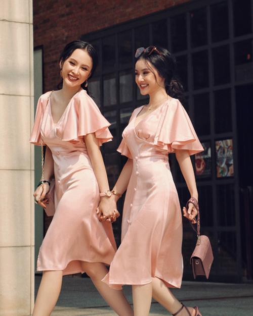 Hai cô nàng thường xuyên trông chẳng khác gì sinh đôi khi rủ nhau mặc đồ giống hệt, ăn ý đến cả kiểu tóc, cách trang điểm và phụ kiện đi kèm.